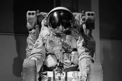 宇宙で初犯罪!法律はどうなる?女性宇宙飛行士が銀行口座不正利用?